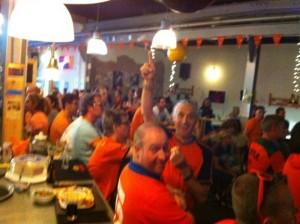 wk-2014-rotterdam-cafe-kijken-nederland-oranje-groot-scherm