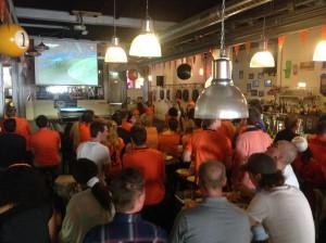 Brazilie-Nederland-live-op-groot-scherm-cafe-Rotterdam